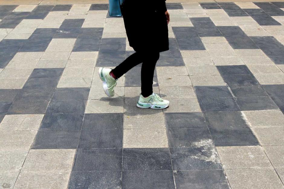 Pejalan kaki melintasi pedesterian di kawasan Jalan Jenderal Sudirman saat fenomena hari tanpa bayangan, Jakarta Pusat. Kamis (4/3/2021). Foto Dok. Sindonews.com