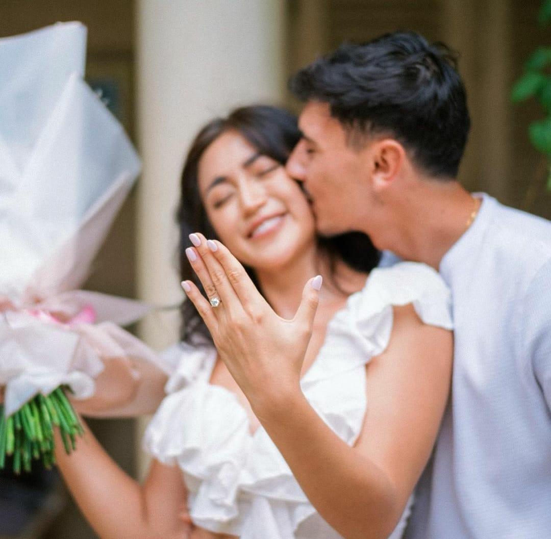 Momen bahagia Jessica Iskandar dilamar sang kekasih Vincent Verhaag. (Instagram @inijedar)