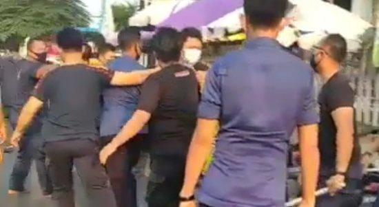 BPBD Bandarlampung membawa pedagang kaki lima karena tidak menggunakan masker. Foto Screenshot Video Amatir