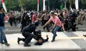 Viral di Twitter polisi membanting seorang mahasiswa saat aksi demonstrasi di depan Kantor Bupati Tangerang. Tangkap layar Twitter.com @AksiLangsung
