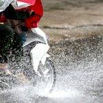 Ilustrasi berkendara motor saat hujan. (Motorcycle Legal Foundation)