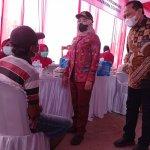 Bupati Tulangbawang Winarti bersama Dirut PT Pusri Palembang Tri Wahyudi Saleh meninjau pelaksanaan vaksinasi. Foto Ist.